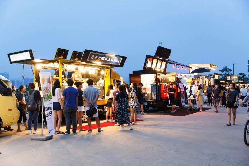 Seoul Bamdokkaebi Night Market -Yeouido Hangang Park - Food Trucks - Sehee in the World (photo courtesy of Seoul Bamdokkaebi Night Market)